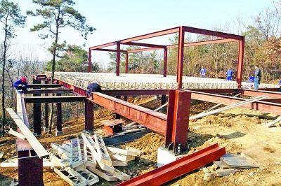 目击:山上新建了4座钢结构底座的木屋
