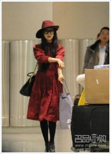 范冰冰冬日红装现身机场 墨镜遮脸露贵妇范儿