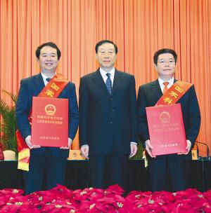 省委书记罗志军为我省国家技术发明一等奖和国家科技进步一等奖获奖者代表尤肖虎(图左)、倪涛(图右)颁奖并与他们合影。   本报记者 于先云摄