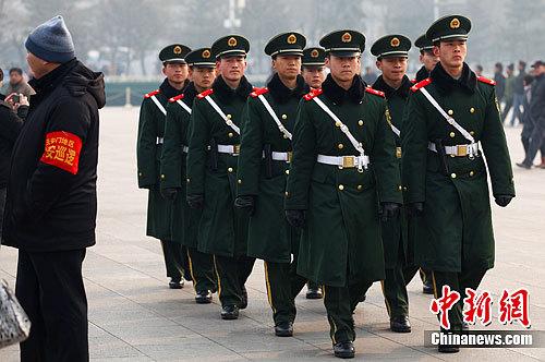 """2月29日,武警在北京天安门广场上巡逻,确保全国""""两会""""顺利召开。中新社记者 泱波 摄"""