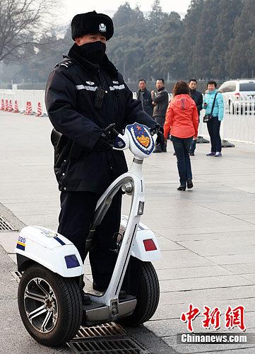 2月29日,一名巡警驾驶巡逻车在北京天安门附近巡逻。中新社记者 泱波 摄