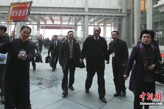 3月1日,来自浙江的全国政协委员抵达北京首都国际机场。3月3日,全国政协十一届五次会议将在北京人民大会堂开幕。中新社记者盛佳鹏摄