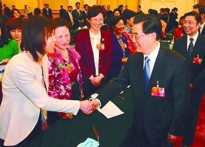 锦涛总书记与出席十一届全国人大五次会议的江苏团代表亲切交谈。 于先云 摄
