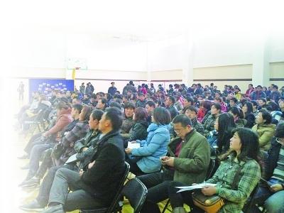 金地自在城开盘,200组客户来到现场。张遥 摄