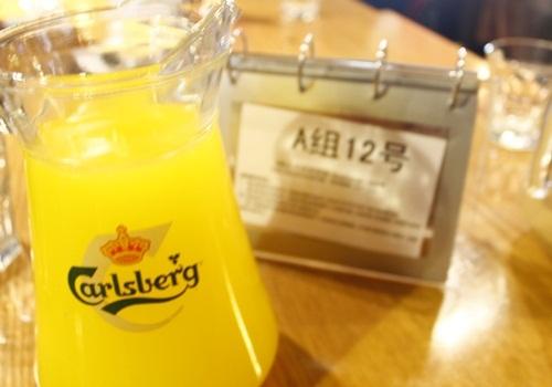 桌牌号和好喝的橙汁~