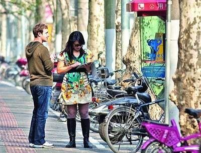 Facebook创始人和南京裔女友在上海街头。