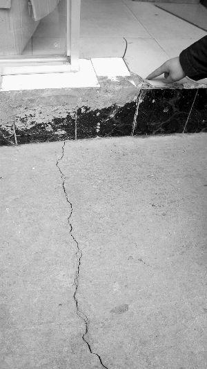 裂缝从路边伸进屋里