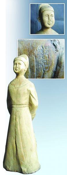 郑和新模样 雕像局部。 背后篆刻郑和二字。 郑和黄花梨雕像。