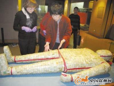 中方专家介绍金缕玉衣的艺术特点