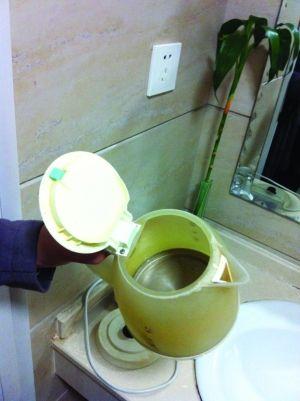 电水壶里全是水垢