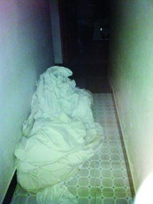 床套乱堆在消毒间的地上
