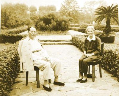 毛泽东在上海接见吴启瑞时的合影。
