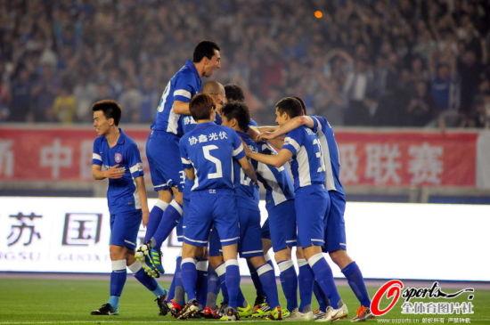 江苏球员疯狂庆祝进球。(点击观看高清组图)
