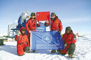 科考队员在南极冰穹A巡天望远镜安装现场。 南京天光研究所供图