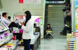 昨天,市民在南京一家书店内看书 现代快报记者 施向辉 摄