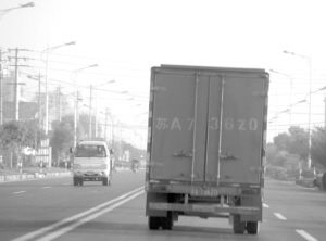 """小货车装着""""漂白豆芽""""行驶在路上。"""