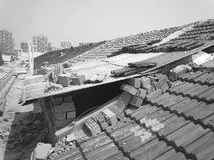 刘老汉家房顶上的违建。金陵晚报记者 曹德伟 摄