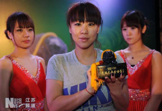"""奥运冠军钱红(中)在首发现场展示""""虎踞龙盘金圣玺"""""""