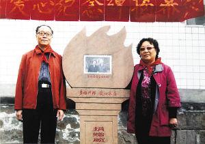 """吴修德夫妇去年在四川丹棱县""""爱心纪念碑""""旁合影。"""