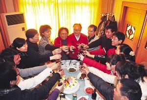 """热心网友、市民举杯祝福两位""""爱心老人""""。"""