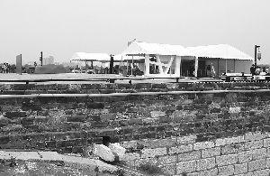 5月7日,中华门城堡平台上搭起了一组帐篷 辛一 摄
