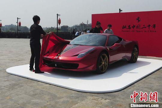 5月7日中午,工作人员正在南京中华门城堡上布置法拉利汽车展示场地。寒单 摄