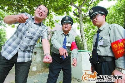 王劲松与保安讲述擒获嫌疑人的经过