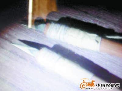 警方从现场找到被嫌疑人丢弃的一把尖刀