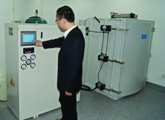 """为文物除虫杀菌的""""三件套""""设备(左为控制柜,右为消毒机,上面露头的是钢瓶)。□记者 施晓平 摄"""