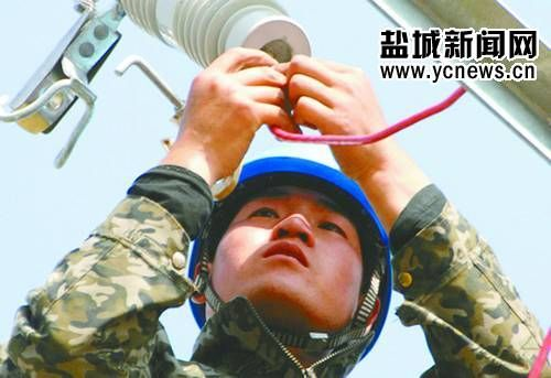 电力施工人员在安装分支线搭头线。