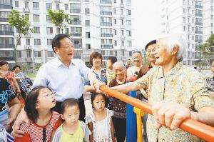 吴栋材十分关心老年人的生活,经常来到他们中间了解情况。 (资料图)