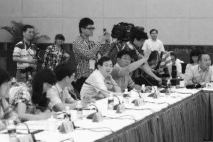 听证会现场,参加人举手要求发言 现代快报记者 路军 摄