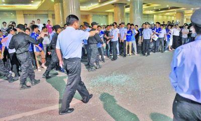 亚泰二队大巴遭袭后一地玻璃碴。