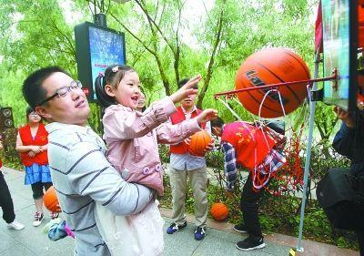 社区居民在进行趣味投篮游戏。朱莉莉 徐琦 摄