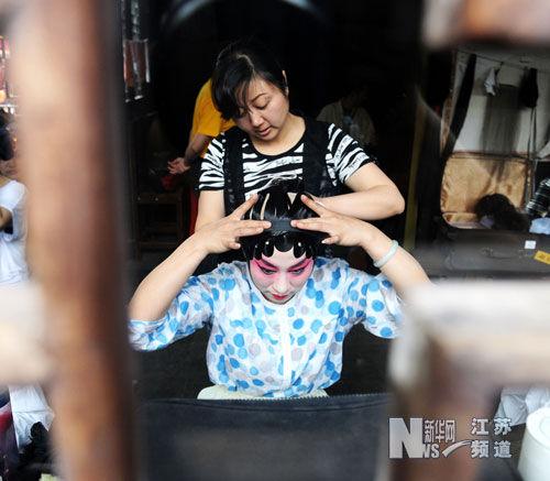 5月12日,昆曲演员在化妆间内化装。