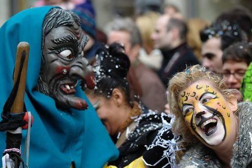 瑞士苏黎世,戴面具的狂欢者正在参加游行。