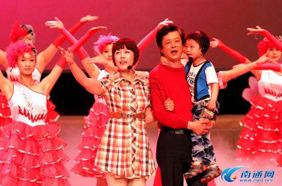 5月15日,南通市第十届家庭文化节开幕式暨家庭文化服务月启动仪式在更俗剧院举行。图为开场歌舞《和谐大家园》表演场景。
