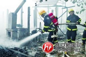 消防官兵在清理火灾现场