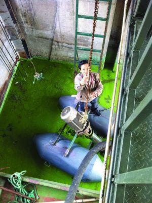吴协新在调整泥浆泵
