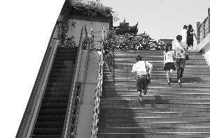 电梯成了摆设,市民只能走楼梯。辛一 摄