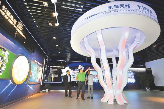 市民在参观未来网络谷科技园展示厅。