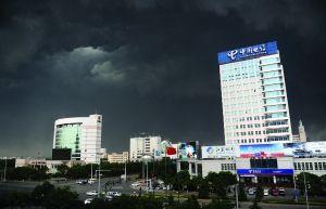 雷雨前的市区乌云密布