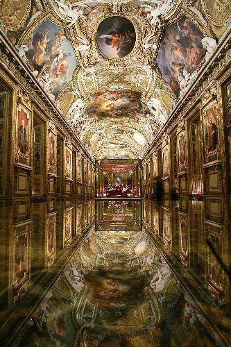 这是2004年11月16日拍摄的卢浮宫博物馆中的阿波罗长廊。