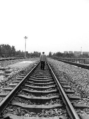 新长铁路为盐城的发展打通了交通瓶颈,但修铁路的一个多亿欠款始终没还,却成了盐城人的一块心病 (邢志刚 陶展 摄)