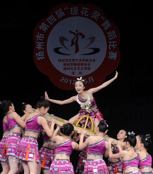 """演员正在扬州市第四届""""琼花奖""""舞蹈比赛中表演精彩舞蹈"""