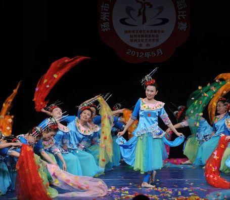"""演员正在扬州市第四届""""琼花奖""""舞蹈比赛中表演精彩舞蹈2"""