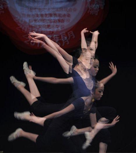 """演员正在扬州市第四届""""琼花奖""""舞蹈比赛中表演精彩舞蹈3"""
