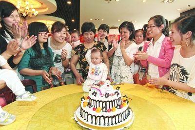 13位爱心妈妈把5月20日定为宝宝的生日,送给他一生的祝福。 秦翼摄
