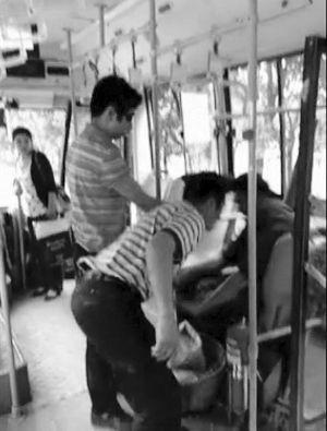 穿红白条纹短袖的青年正殴打小贩