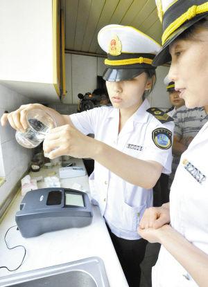 工作人员正在检测居民家中的自来水水质